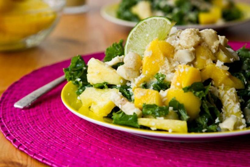 Tropska salata od ananasa, manga, banane i kelja